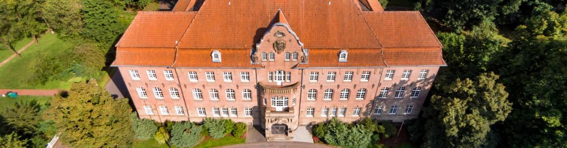 Bild des Hauptgebäudes von vorne oben