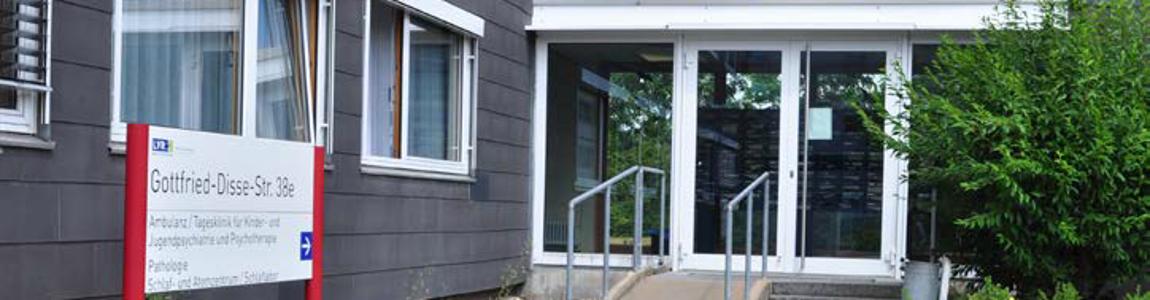Bild des Eingangs von vorne.